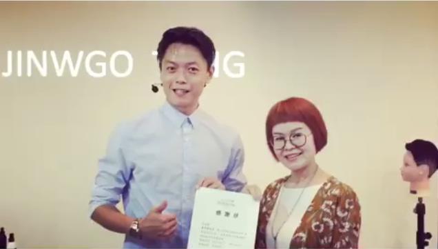 33 歲的童羿豪,曾因放高利貸、鬥毆 遭警察通緝,現在 他是林志玲、小 S 都指定的熱門髮型師!