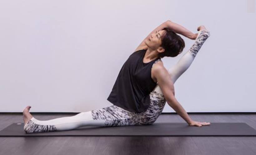 65 歲,體能不輸蔡依林!陳冬蓮 曾筋骨硬、還一度要落跑,現在 倒立、空中瑜珈都難不倒她
