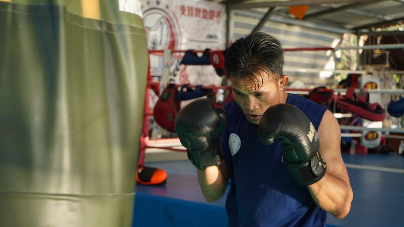 平常是工廠作業員,假日化身為 拳擊高手!外籍移工阿朋 年近 50不服老 成為台灣的泰國拳王!