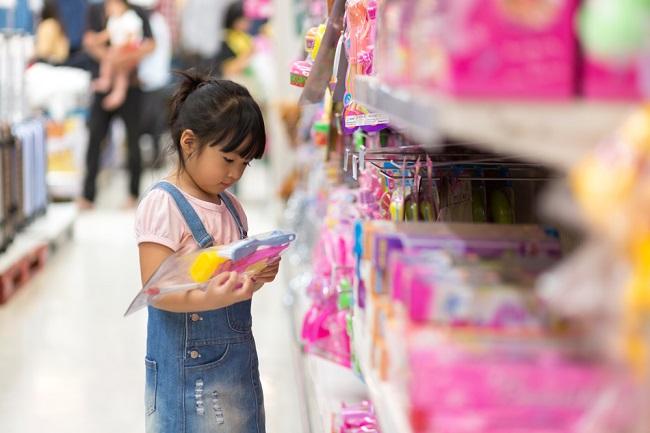 想買玩具的小女孩